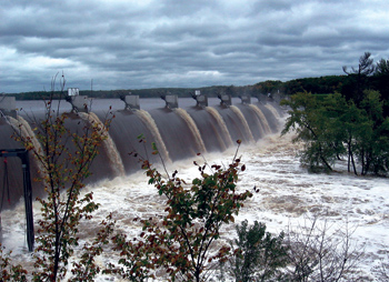 Hatfield Dam and its new hydraulic crest gate saw a major real-world test in 2010, when a historic flood struck the area. Although downstream residents prepared for the worst, the dam and its crest gates performed as designed and kept the town of Hatfield flood-free.